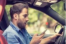 Bemannen Sie Im Auto Mit Dem Simsenden Handy In Der