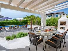 überdachter sitzplatz im garten villa lavandula mit swimmingpool labin firma casa