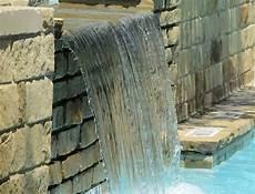 mauer mit wasserfall wasserfall im garten als brunnen tipps zum selberbauen