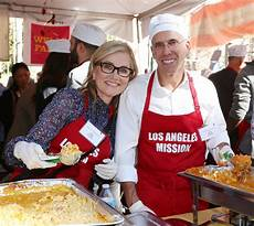 l émission maureen mccormick at the los angeles mission thanksgiving meal for the homeless at the los
