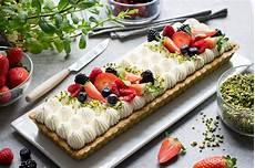 crema pasticcera con crema di pistacchio crostata moderna con frolla al pistacchio crema yogurt e frutti di bosco lucake