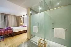 doccia in da letto da letto moderna con vetro doccia foto stock