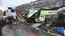 Unfall A8 Gestern - 30 verletzte auf der a8 sattelschlepper rammt reisebus