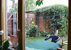 idealloesung fuer den barrierefreien garten das unterfahrbare sichtschutz im reihenhausgarten