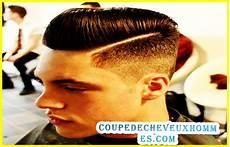 coiffure homme avec un trait hancock