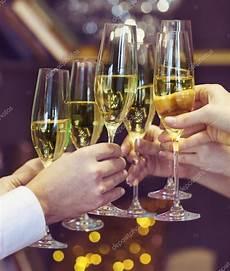 foto bicchieri brindisi persone in possesso di bicchieri di chagne un brindisi