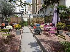 la cour terrasse vraiment planqu 233 e d au fond du jardin