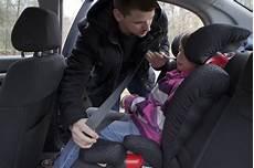 kindersitz für beckengurt kinder im auto richtig sitzen und anschnallen ratgeber