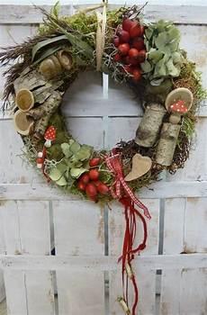 weihnachtlich dekorieren mit naturmaterialien kr 228 nze naturkranz landhausherbst rot weiss herbst
