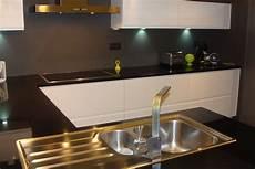 cuisine laqu 233 e blanche plan de travail granit noir