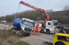 Unfall A61 Berufsverkehr G 252 Lle Lkw Kippt Auf A61 Bei