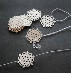 schneeflocken girlande basteln diy project paper snowflake mini garland design sponge