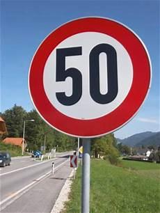 sie fahren 50 kmh innerhalb geschlossener ortschaften gilt eine zul 228 ssige h 246 chstgeschwindigkeit 50 km h 2