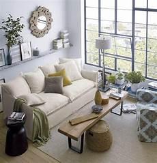 kleines wohnzimmer helle farben fensterfront couchtisch sitzbank wandregale spiegel wohnen und