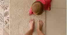 L 228 Chelnde Junge Frau Mit Den Gekreuzten Fingern Die Nahe