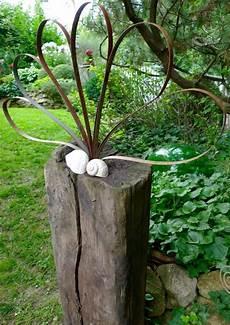 Holzbalken Deko Garten - holzbalken mit bluete aus federstahlbaendern holzbalken