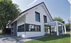 einfamilienhaus mit satteldach satteldach haus modern mit pergola terrasse