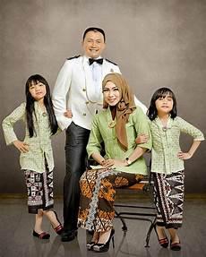 Contoh Foto Studio Keluarga Besar Detil Gambar
