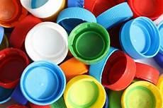 riciclare bicchieri di plastica riciclo creativo tappi di plastica non sprecare