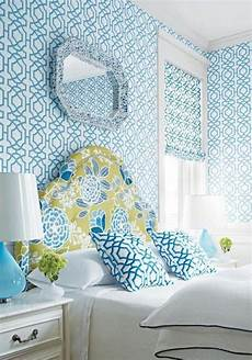 tapete blau schlafzimmer 15 captivating bedrooms with geometric wallpaper ideas