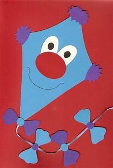 herbstbasteln mit kindern vorlagen kostenlos tonkarton fensterbild drache drachen blau ősz basteln