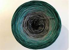 farbwechsel le farbverlaufsgarn green meets grey produktfotografie