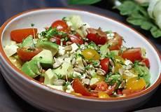 avocado tomaten salat mit feta und senf vinaigrette