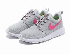 nike roshe run id trainer cool gray pink white