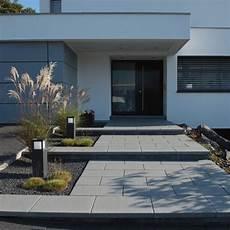 haus ideen modern gartenanlage zaun eingangstreppe hofeinfahrt vordach