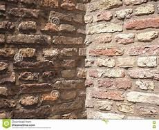terra e muro l angolo approssimativo medievale muro di mattoni di