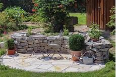 Sitzecke Garten Gestalten - kr 228 utergarten gestalten 21 ideen f 252 r gro 223 e und kleine g 228 rten