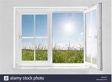 Fenster Läuft Innen An - halb ge 246 ffnetes fenster mit sonne wei 223 stockfoto bild