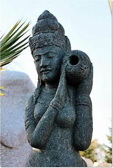 skulptur aus stein shiva