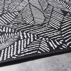 outdoor teppich schwarz weiß outdoor teppich schwarz bedruckt mit wei 223 en blattmotiven