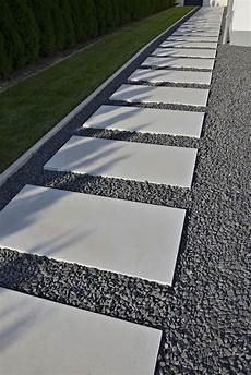 Gartenweg Mit Steinplatten Aus Laenglichen Dunkelgrauen