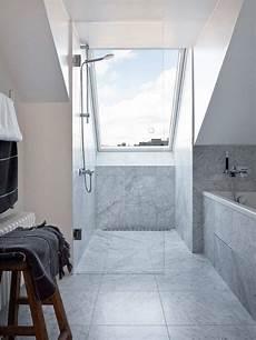 ebenerdige dusche mit glaswand unter dem dachfenster in