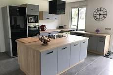 cuisine bois gris clair grande cuisine gris clair et bois avec bel 238 lot central