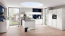 moderne witte keuken met donkerblauwe details keukens op