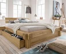 betten mit schubladen designer balkenbett mit schubkasten echtholz wildeiche doba
