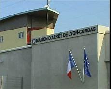 blocage 17 novembre lyon une trentaine de surveillants bloquent encore la prison de