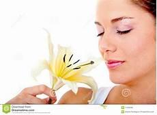bambino sente l odore di donna sente l odore di un fiore fotografia stock