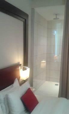 doccia in da letto la cabina doccia con parete di cristallo verso la