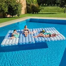 matelas de piscine matelas gonflable pour piscine pigro felice zendart design