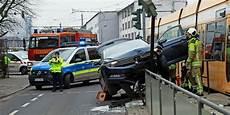 Unfall Dresden Heute - schwerer unfall in dresden auto kracht in haltestelle