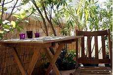 bambou de balcon bamboo balcony privacy screen ideas with plants carpets