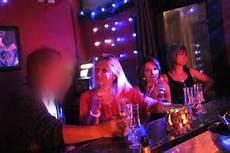 Immersion Dans Un Bar 224 H 244 Tesses En Compagnie Des