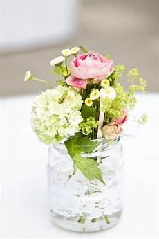 simple floral arrangement 1001hochzeiten
