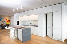 speisekammer in küche integriert blick in die k 252 che mit t 252 re zum abstellraum loftwohnung