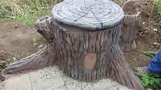Baumstumpf Im Garten Verschönern - alte regentonne im garten als baumstumpf verkleiden