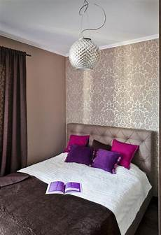 schlafzimmer gestalten tapeten schlafzimmer ideen gestaltung farben beige braun tapete damask muster lila kissen kleines